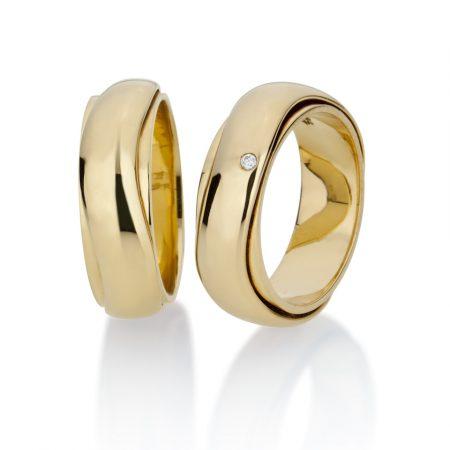 Par Alianças Largas 2 aros em ouro amarelo 18k, uma com 1 diamante